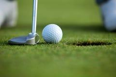 Person som spelar golf, lågt avsnitt royaltyfri fotografi