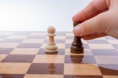 Person som spelar schackleken som gör en flyttning arkivbild