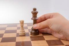 Person som spelar schackleken som gör en flyttning royaltyfria foton