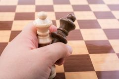 Person som spelar schackleken som gör en flyttning royaltyfri foto