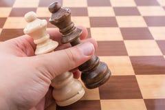 Person som spelar schackleken som gör en flyttning fotografering för bildbyråer