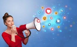 Person som talar i h?gtalare med socialt massmediabegrepp royaltyfri fotografi
