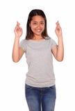 Person som tillhör en etnisk minoritet som ler den unga kvinnan som korsar fingrarna Arkivfoton