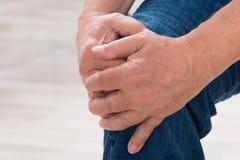 Person Suffering From Knee Pain Imágenes de archivo libres de regalías