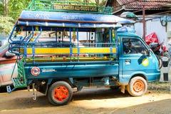 9 Person Tuk Tuk väntande på passagerare i Laos Arkivbild