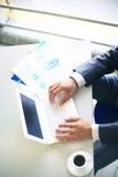 Person Typing en un ordenador portátil moderno Imagen de archivo