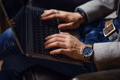 Person Typing op moderne laptop in een bureau stock foto's