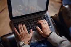 Person Typing op moderne laptop in een bureau stock afbeeldingen