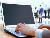 Person Typing su un computer portatile moderno Immagine Stock Libera da Diritti
