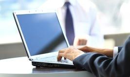 Person Typing su un computer portatile moderno Immagini Stock Libere da Diritti