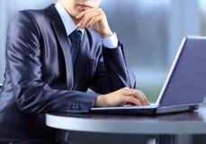 Person Typing su un computer portatile moderno Immagini Stock