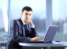 Person Typing su un computer portatile moderno Fotografie Stock Libere da Diritti