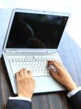 Person Typing sur un ordinateur portable moderne Photos libres de droits