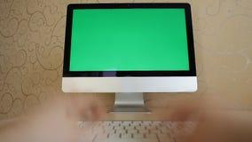 Person unglaublich, die schnell auf einer Tastatur schreibt stock video footage