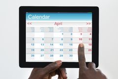 Person Using Calendar Application On Digital minnestavla Royaltyfria Bilder
