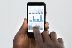 Person Using Cellphone Displaying Graph stock foto