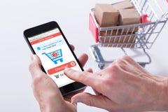Person Using Online Shopping Application op Mobiele Telefoon stock foto's