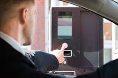 Person Using Parking Machine To betaalt voor Parkeren stock fotografie