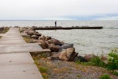 Person Walking auf dem Pier Stockfoto