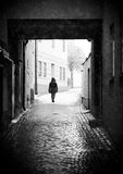 Person Walking en callejón imágenes de archivo libres de regalías