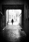 Person Walking in Steeg Royalty-vrije Stock Afbeeldingen