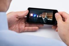 Person Watching Video On Mobile-Telefoon royalty-vrije stock afbeeldingen