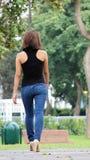Person Wearing Blue Jeans Walking bonito hermoso fotografía de archivo