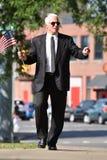 Person Wearing Business Suit Walking adulto impasible en la acera imágenes de archivo libres de regalías