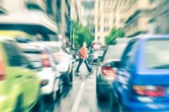 Person, welche die Straße während der Hauptverkehrszeit in Cape Town kreuzt Stockbilder