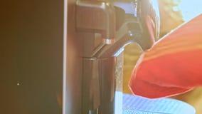 Person Wipes Coffee Machine macro con la toalla en cocina almacen de video