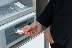 Person Withdrawing Money From Atm-Maschine stockfotos
