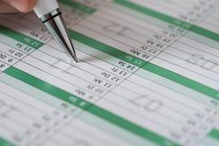 Person Writing An Important Event auf Kalender Lizenzfreies Stockfoto