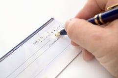 Person Writing un cheque foto de archivo