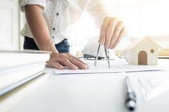 Person& x27特写镜头; s工程师手在方案wi的图画计划 免版税库存图片