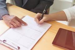 Person& x27; escrita da pena de esferográfica da posse da mão de s na aplicação vazia FO Foto de Stock Royalty Free