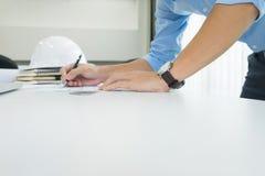 Person& x27; s工程师手在方案的图画计划与建筑师 图库摄影