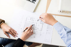 Person& x27; s工程师手在方案的图画计划与architec 免版税库存照片