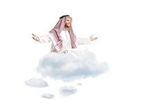 Persona árabe joven que se sienta en una nube Imágenes de archivo libres de regalías