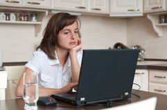 Persona aburrida y cansada del asunto que trabaja en casa Imagen de archivo libre de regalías