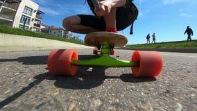 Persona activa que patina en longboard metrajes