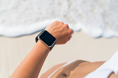 Persona al aire libre activa de la forma de vida que usa un smartwatch Imagenes de archivo