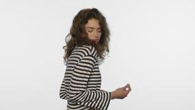 Persona allegra che balla sul fondo bianco Goda dello stile di vita di musica archivi video