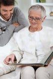 Persona anziana che esamina le foto fotografie stock libere da diritti