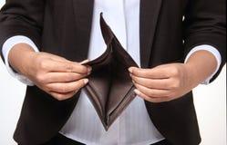 Persona arruinada que muestra la cartera vacía Imagen de archivo