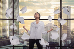 Persona asiática del negocio presionada en la oficina imagenes de archivo