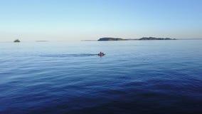 Persona asombrosa de la opinión de la antena 4k que monta el pwc personal del jetski de la vespa del arte de agua en paisaje mari metrajes