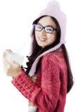 Persona bastante asiática en ropa del invierno Fotos de archivo