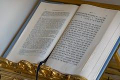 Persona bilingue del libro del rabbino immagine stock