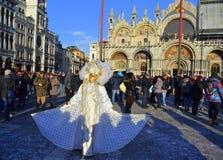 Persona blanca del traje del carnaval, Venecia Foto de archivo libre de regalías