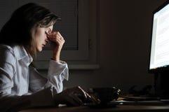 Persona cansada del asunto con dolor de cabeza Fotografía de archivo